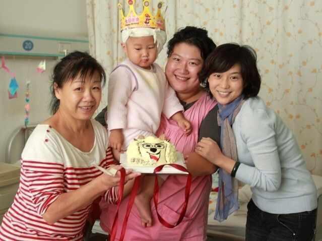 """2011年12月,爱的分贝资助山东青岛听障儿童小淇淇完成耳蜗手术......手术第二天恰巧是孩子2周岁生日,大家许愿:""""愿宝宝听到世界上美妙的音符。""""2013年12月,时隔两年,在爱的分贝资助下完成康复的淇淇来到我们办公室,用甜美的声音说:""""这是小时候的我,这是妈妈、这是王阿姨。""""淇淇真的长大了,同样的人站在两年前的照片前合影,感慨万千。"""