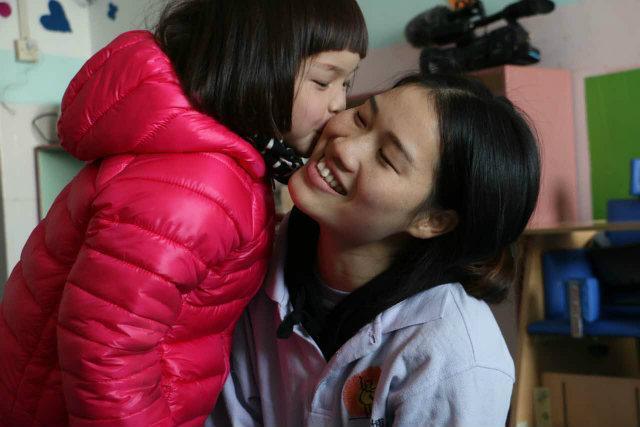 现在娟娟已经6岁,被广州一对夫妇领养。每一天春晖项目里都有这样生命蜕变的故事,我们希望更多的孤残儿童在我们的帮助下,有个阳光的童年,有被人关怀、需要的感觉。