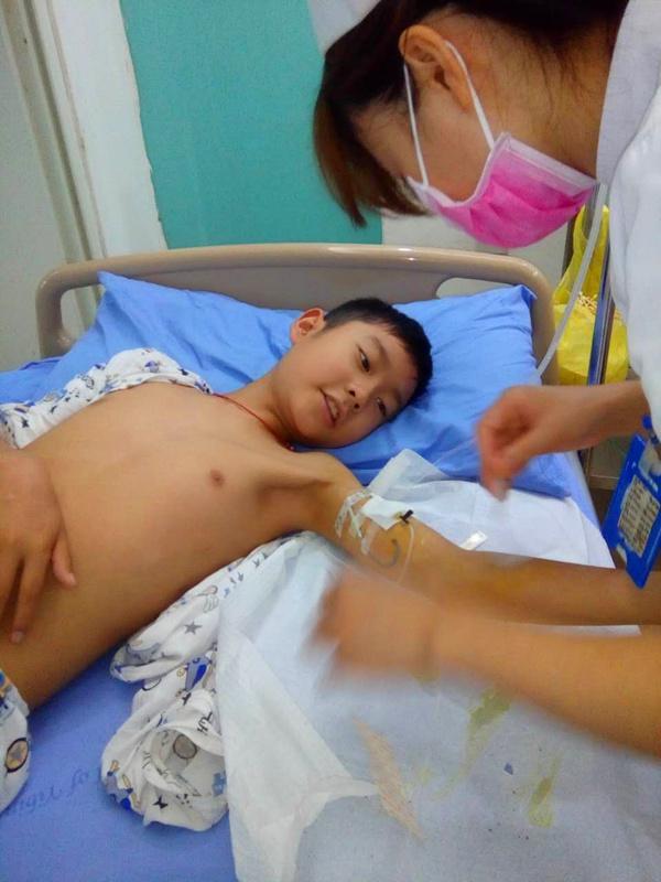 如今聪明懂事的孩子却躺在病床上,承受着病痛的折磨,化疗的副作用是很大的:大量的脱发和呕吐,有时吐一天一夜,吐出胃液和胆液。吐过之后好几天不能吃饭。一般成人都很难承受,但是渴望生命的儿子很坚强,一直配合治疗。