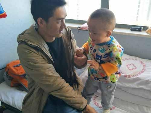 小滔的妈妈一直在照顾孩子没有工作。爸爸朱燕华由于学历低,三个月前,在昆明找到一份物业的工作,每天早出晚归,手指甲也因为洗地板变形,但每月只有2400元的工资,现在面对10万元的手术费陶维维夫妇难以支撑,盼大爱伸援手。