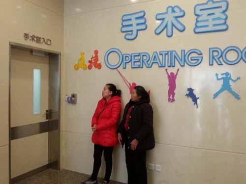 在和上海新华医院联系后,小亦带着呼吸机马不停蹄地经过10几个小时救护车到上海新华医院入住重症监护室。医生说,小亦的肺炎特别严重,肺炎引起了很多并发症,治疗肺炎需要很漫长的一段时间。经过20多天医生精心救治重症肺炎已经开始好转 。