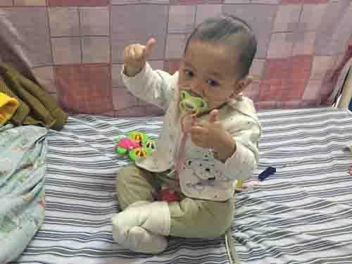做完扩张手术后的小正寅一直哭闹不安,又进了重症室上呼吸机,直到26日医生说扩张手术扩漏了,要马上安排做补漏手术,第二天下午小正寅又被推进手术室做第二次开胸补漏术。在手术中,小正寅曾经2次失去生命体征抢救2次。医生建议放弃,孩子的爸爸已经签了放弃书,但坚强的小正寅都挺了过来。