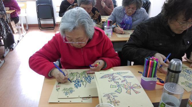 通过色彩涂鸦环节,颜色的辨识加上区块的分辨锻炼老人的认知能力。