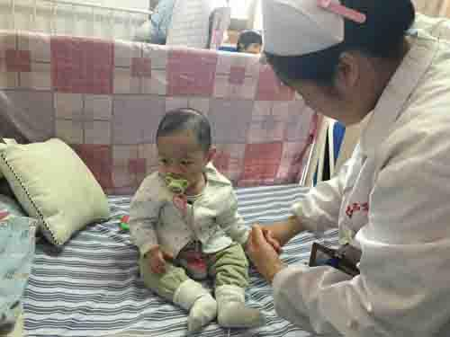 术后医生说手术半个月就可以出院回家,满怀希望的父母以为术后什么都好了。可半个月后做造影检查出食道一直在漏,医生建议先养养,让食道自己慢慢长回来,谁知这一养就是2个月,直到5月19日检查,食道终于自己长回来了,但医生说食道有点狭窄,需要做扩张,于是在5月22日下午做了食道扩张术。