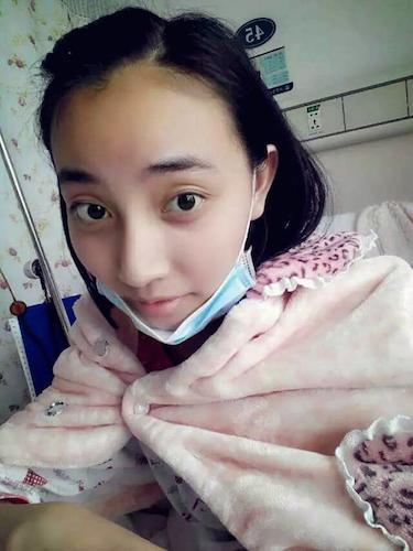 小玲子目前已经做了3个化疗,医生说她接下来需要进行骨髓移植。为了能给她做手术,全家人抽血配型。所幸的是小玲子已和母亲配型成功,半相合。然而高额的手术费用无疑又是全家人眼前的一座大山。