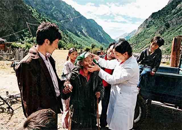 """2016年为 """"情暖高原、大爱西藏--全国性社会组织援助西藏年"""",情暖西藏光明行项目将由专业医生为藏区贫困眼疾患者进行筛查,并为符合条件的贫困白内障患者免费实施复明手术及术后护理。"""