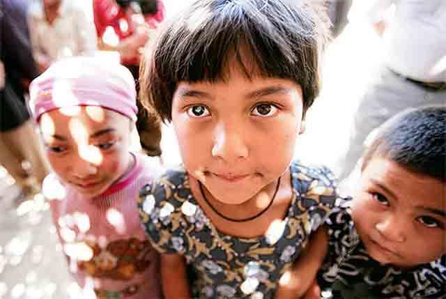 7岁的阿迪娜是个美丽懂事的新疆女孩儿,从小和爷爷奶奶相依为命,她有一双美丽的大眼睛,然而由于患有白内障,她本应清澈透亮的双眼缺像蒙上了一层纱,家庭的贫困使手术的时间一再拖延。中国残疾人福利基金会启明行动为她免费实施了复明手术,她幸福的说自己终于可以自由的奔跑了!