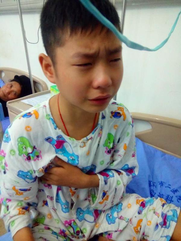 小小男子汉有时候也禁不住因为化疗的疼痛而流泪。