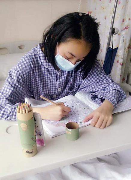 小玲子喜欢画画,喜欢拉小提琴,喜欢偷偷地写日记,17岁的她拥有梦想,正是花一样的年纪。