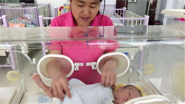 """在爱佑新生养护中心,体重最小的早产儿只有一瓶矿泉水那么重,还有那些被医生宣判""""死刑""""的重症弃儿,但是养护员妈妈们没有想过放弃他们,通过专业的、无微不至的养护,创造了一个又一个生命的奇迹,让我们感叹生命的向上和爱的力量。"""