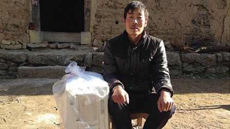 受益对象:尘肺病农民,这是领取制氧机的患者毛大哥