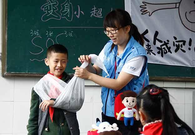 您每月500 元的爱心捐赠, 您就可以支持为一个贫困地区学校一年的应急设备, 让孩子在校受到更全面的保护,免于意外伤害。