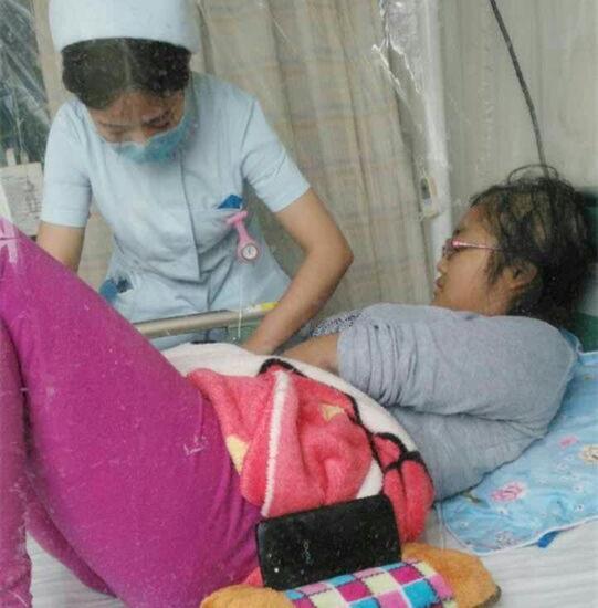 【上天给她们又开了一次玩笑】 贾若钐的第一次患病,是2006年7月痊愈的。然而,就在2015年11月3日,在校期间的她,突然出现了腰痛难忍的情况,经医院细致检查后再次被一纸诊断书宣告:她的急性淋巴细胞白血病,突然又一次事隔多年复发了!